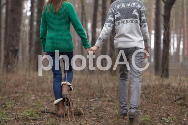 手をつなぐカップル27の写真