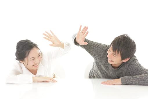 人物 男性 男子 女性 女子 若い デート カップル アベック 夫婦 新婚 白バック 白背景 部屋 リビング テーブル ハイタッチ タッチ くつろぐ リラックス 仲良し 円満 休日 笑顔 スマイル 日本人 mdjm008 mdjf026