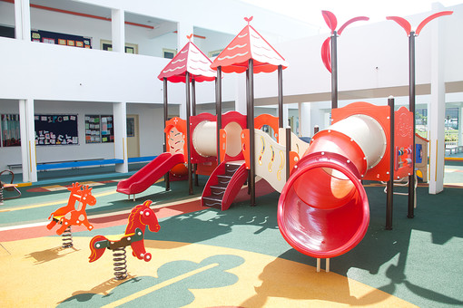 マレーシア 海外 外国 旅行 東南アジア アジア マレー半島 ボルネオ島 ASEAN クアラルンプール プトラジャヤ ジョホールバル 子 子ども 子供 幼児 幼稚園 学校 保育園 児童館 遊具 滑り台 遊び場 赤 馬