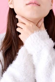 人物 女性 日本人 若者 若い  20代 美人 かわいい ロングヘア カジュアル  ラフ 私服 セーター ニット 屋内  スタジオ撮影 背景 ピンク ピンクバック ポーズ  おすすめ  首 首筋 痛い 絞める 押さえる アップ 喉元 mdjf007