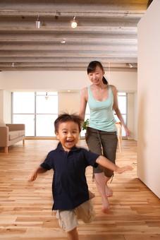 女 女性 若者 20代 夫婦 人物 ファミリー ママ お母さん 母親 親子 家族 団欒 団らん リビング 子供 息子 男の子 遊ぶ 走る 走り回る リラックス 休日 住宅 笑顔 日本人 部屋 室内 リビング フローリング mdjf033 mdmk024