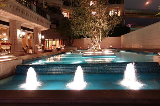 神戸 夜 夜景 噴水 ライトアップ 水 木 植物 施設 建物 建築物 店 デートスポット 観光 観光地 旅行 景観 ハーバーランド