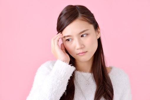 人物 女性 日本人 若者 若い   20代 美人 かわいい ロングヘア カジュアル  ラフ 私服 セーター ニット 屋内  スタジオ撮影 背景 ピンク ピンクバック ポーズ  おすすめ 上半身 悩む 考える 困る 困惑 迷う 首をかしげる mdjf007