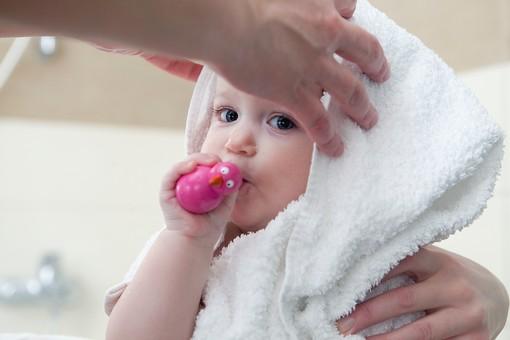 赤ちゃん 外国人 子供 子ども こども 女の子 女児 乳児 ライフスタイル お風呂 お風呂場 バスルーム バスタイム バスタブ 入浴 ベビー 裸 はだか はだかんぼ さっぱり スッキリ すっきり 綺麗 きれい 清潔 拭く タオル バスタオル 包まる 包む おもちゃ 食べる mdfk037