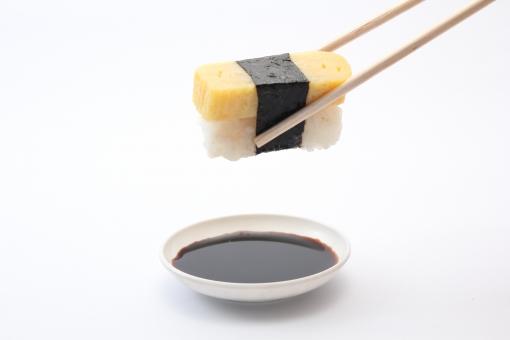 握り 玉子 卵 ノリ はし 小皿 醤油 海苔 玉子焼き 箸 はさむ アップ 寿司 すし 鮨 握りずし にぎりずし 1つ 屋内 室内 スタジオ撮影 白バック 白背景 飲食 食べ物 和食 余白 コピースペース