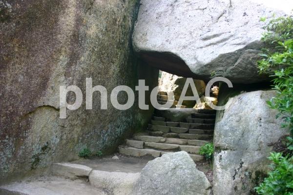 弥山の岩のトンネルの写真