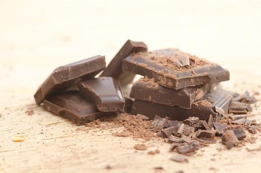御菓子 お菓子 洋菓子 スイーツ チョコ チョコレート ショコラ チョコ菓子 チョコレート菓子 甘味  板チョコ 板チョコレート 粉 粉末 カカオ 積む 積みかさねる 上に置く重ね合わせる 重ねる 重なる 振りかける ふりかける 振りかけた ふりかけた シナモンパウダー ココアパウダー 割る 欠片 かけら