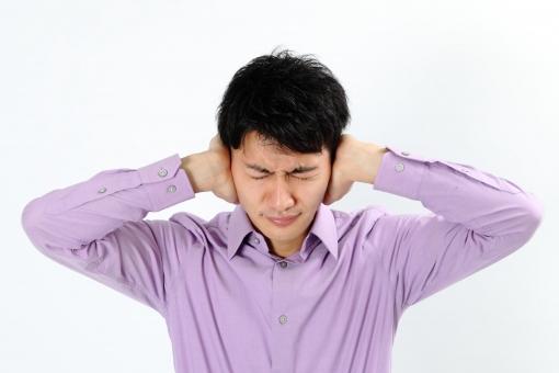人物 生物 人間 男性 若い 青年 アジア アジア人 日本 日本人 ポーズ モデル カジュアル ラフ バストアップ 上半身 ボディランゲージ 示す 伝える 意志 コミュニケーション 手 ハンドサイン  考える 悩む 心配 mdjm002