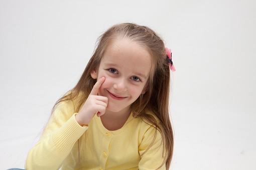 人物 こども 子供 女の子 少女  外国人 外人 キッズモデル あどけない かわいい   屋内 スタジオ撮影 白バック 白背景 カーディガン   長髪 ロングヘア ポートレイト ポートレート 表情  ポーズ 人差し指 あっかんべー 微笑む 笑顔 スマイル 上半身 正面 mdfk016