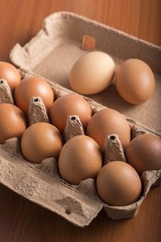 たまご 卵 玉子 タマゴ エッグ 楕円 卵色 ベージュ 料理 並べる 生き物 食べ物 食材 食料 置く 置いてある 物撮り 屋内 人物なし 上から 殻 斑点 11個 整然 複数 レシピ  容器 パック パック詰め 白とベージュ 対比 紙パック 鶏 にわとり ニワトリ テーブル 机