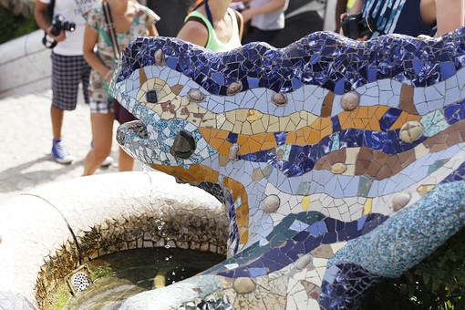 海外 外国 ヨーロッパ スペイン バルセロナ グエル公園 グエル伯爵 ガウディ アントニオ 建築 建築物 建物 建築家 デザイナー タイル モザイク トレンカディス ジュゼップ マリア ジュジョール 旅行 旅 観光 トリップ トラベル 曲線 トカゲ 外観 有機的 カラフル 黄色 青 模様 柄 顔 かわいい アップ 水 したたる 垂れる