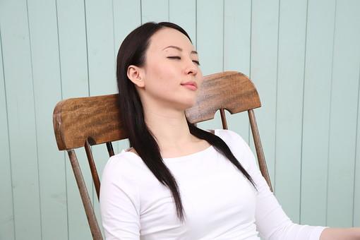 女性 若い女性 女 人物 部屋 一人暮らし リラックス 日本人 ライフスタイル 20代 休日 昼寝 うたた寝 寝る ロッキンチェア ロッキングチェア 眠る 寛ぐ くつろぐ のんびり ゆったり 上半身 室内 屋内 椅子 イス 座る mdjf001