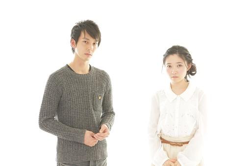人物 男性 男子 女性 女子 若い デート カップル アベック 夫婦 新婚 白バック 白背景 部屋 室内 日常 生活 困る 考える 悲しい 切ない 悲しみ 日本人 mdjm008 mdjf026