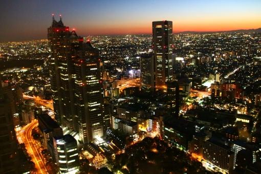 東京 夜景 人気 風景 新宿 都庁 光 明かり 道路 露光 オレンジ 夜 観光 観光地 外国人 ビル 空 黒 白 金 銀 眺め 高層 高層ビル