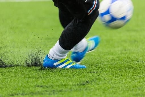 サッカー フットボール キック ゴールキック 蹴球 蹴り ゴールキーパー ピッチ 芝 人工芝 グラウンド gk サッカーボール ボール スポーツ 競技 球技 運動 脚 足 雨 水しぶき