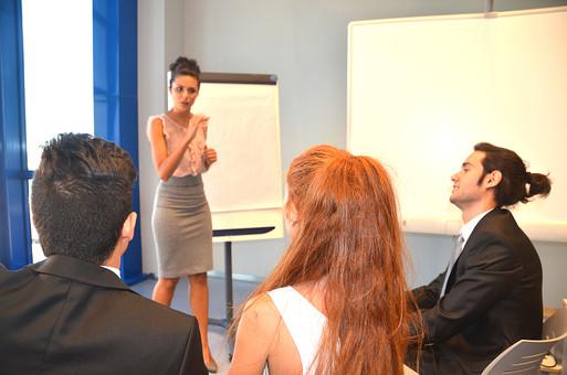 会社 オフィス ビジネス 仕事 職場 屋内 室内 働く スーツ 人物 男性 女性 ネクタイ 上司 部下 先輩 後輩 白人 インターナショナル 外国人 外人 外人男性 外人女性 白人女性 白人男性 グローバル 同僚 打ち合わせ 会議 話し合い プレゼン プレゼンテーション mdff125 mdff126 mdfm071 mdfm072