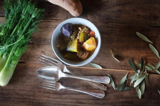 野菜スープ じゃがいも ジャガイモ ねぎ ネギ ディル クミン オリーブ オリーブの葉 カフェオレボウル 机 ダイニングテーブル 食卓 インテリア 古材 vegetable カトラリー フォーク