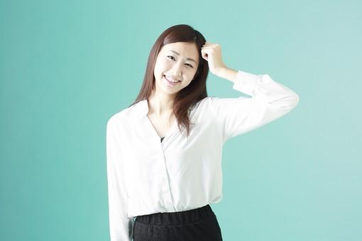 人物 日本人 女性 若者 若い  20代 かわいい 清楚 ロングヘア 長髪  ブラウス シャツ 白 屋内 スタジオ撮影  背景 緑 グリーンバック おすすめ ポーズ  表情 上半身 頭をかく 照れる 恥ずかしい 照れ笑い 失敗 笑顔 mdjf009