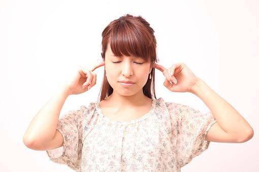 人 人間 人物 人物写真 ポートレート ポートレイト 女性 女 女の人 若い女性 女子 レディー 日本人 茶髪 ブラウンヘア セミロングヘア  白色 白背景 白バック ホワイトバック  手 指 ポーズ 耳を塞ぐ 指を入れる 指を突っ込む 目をつむる 目をつぶる 集中 目を閉じる 閉じる mdfj012