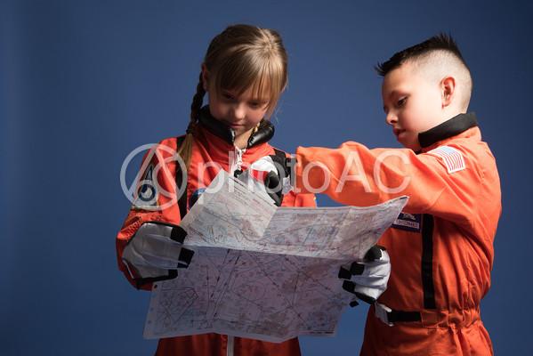 宇宙服姿で地図を読む子供たち15の写真