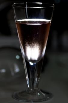 ワイン シャンパン スパークリング スパークリングワイン 光 影 グラス 透明 白 グレー 灰色 紫 ピンク 気泡 泡 液体 三角 乾杯 お祝い 誕生日 ガラス コップ