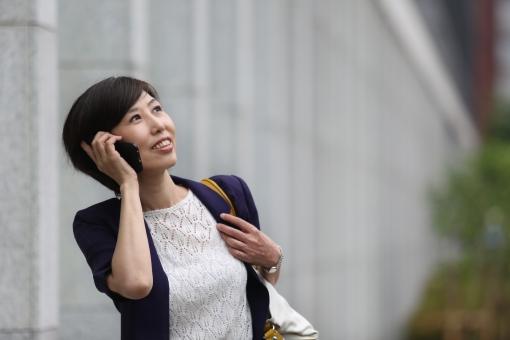電話をかける女性の写真