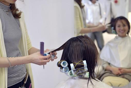 人物 女性 日本人 若い 若者   20代 お客 モデル カットモデル 美容室   美容院 ヘアーサロン  仕事 職業 美容師   屋内 お店 店内 パーマ セミロング   美容 ビューティー おしゃれ オシャレ ロット カーラー 巻く mdjf003