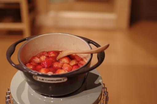 いちご イチゴ 苺 居間 リビング 料理 調理 赤 スプーン ストーブ ストロベリー ルクルーゼ アラジン 可愛い オシャレ コトコト 鏡