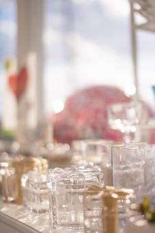 ガラス 容器 小物入れ 器 入れ物 透明 クリア 雑貨 小物 ギフト プレゼント リボン 贈り物 窓際 日差し 光 綺麗 可愛い 小さい ディスプレイ 陳列 インテリアショップ 雑貨屋 雑貨店 背景ボケ ボケ味