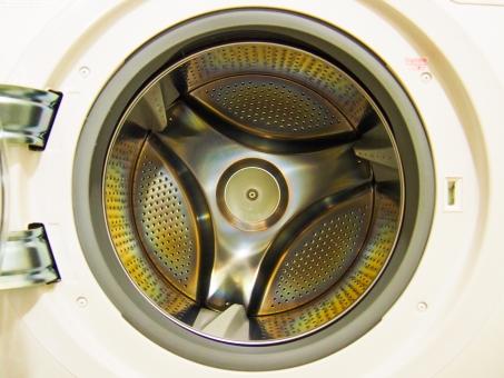 ドラム型洗濯機 洗濯機 洗濯槽 丸 扉を開ける 回転 力強い 回る キレイ 清潔 清掃 モーター 衣服 幾何学模様 トレーナー 毛布 靴下 パンツ ズボン Tシャツ 下着 ママ お母さん 汚れを落とす パパ 装置 機会 味方 ホワイト 空間
