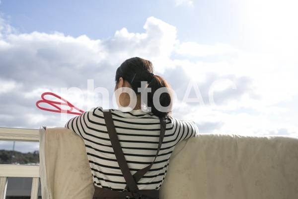 布団を干す女性の写真
