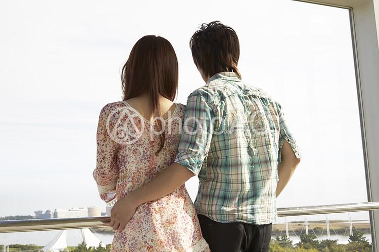 景色を眺めるカップル14の写真