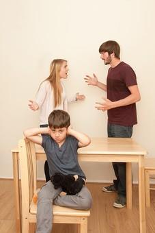 人物 外国人 外人 家族 ファミリー 親子 両親 父親 母親 お父さん お母さん パパ ママ 子供 こども 男の子 夫婦 夫婦げんか 夫婦喧嘩 喧嘩 けんか 口論 争う 怒る 家庭 子供の前 悪影響 部屋 屋内 室内 テーブル 耳を塞ぐ 聞きたくない 家庭生活 mdmk012 mdff084 mdfm051