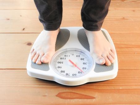 日本人 女 女性 美容 健康 ダイエット 体重 体重計 ヘルスメーター 肥満 裸足 素足 食事制限 維持 体重測定