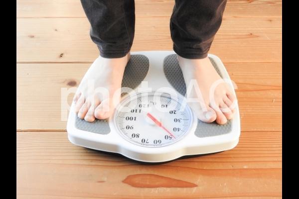 体重計にのる女性 イメージの写真