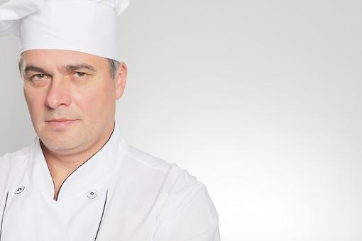 白バック 白背景 ホワイト 外国人 外人 白人 男性 シェフ コック 料理人 料理長 オーナーシェフ 白衣 エプロン コック帽 表情 真剣 真面目 眼差し 緊張感 緊迫 鋭い 眼光 目線 視線 mdfm029