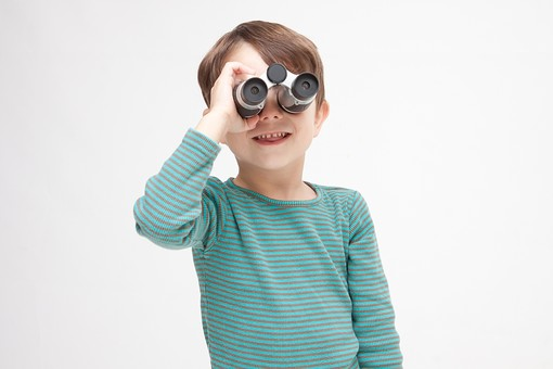 人物 こども 子ども 子供 男の子  少年 幼児 外国人 外人 かわいい  無邪気 あどけない 屋内 スタジオ撮影 白バック  白背景 ポートレート ポーズ 表情 Tシャツ  カジュアル 上半身 双眼鏡 覗く 見る 発見 観察 正面 キッズモデル mdmk010