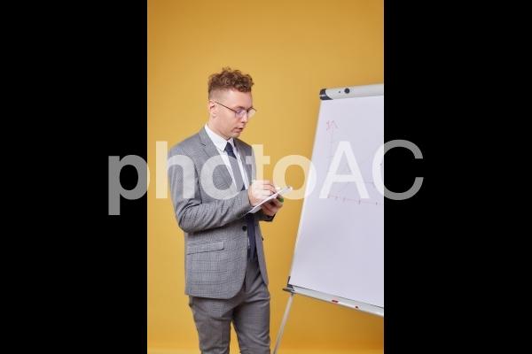 ホワイトボードとビジネスマン26の写真