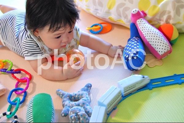 おもちゃに囲まれた赤ちゃん 3の写真