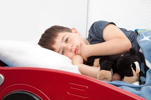 人物 外国人 外人 子供 こども 男の子 少年 ベッド 布団 寝る 睡眠 病気 風邪 寝付く 寝込む 体調不良 就寝時間 ぬいぐるみ 抱く 抱っこ 一人 眠くない 寂しい 屋内 室内 部屋 寝室 mdmk012