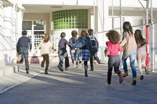 人物 生物 人間 生徒 学生 学童 子ども かわいい キッズ 幼い 外国人 外国 風景 学校 勉強 学び 教育 放課後 屋外 クラスメイト 校庭 広場 休憩 休み時間 自由時間 昼休み 仲良し 男子 男の子 女の子 女子 後姿 走る 大勢