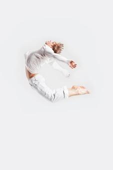 ダンス ダンサー ポーズ 体勢 姿勢 体位 ステップ 踊る 踊り 運動 スポーツ 振り付け 振付 振り 男性 男 外国人 金髪 若い 全身 バレエ バレリーナ 飛ぶ ジャンプ 跳躍 反る 反らす 弓なり アーチ カーブ 湾曲 腕 両腕 後ろ 横顔 背景 白 ホワイト mdfm074