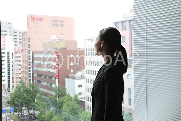 窓の外を見るビジネスウーマン1の写真