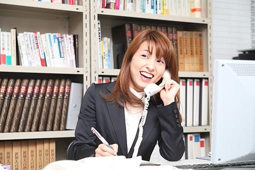人物 日本人 仕事 ビジネス 会社員  社員 屋内 室内 社内 デスクワーク  オフィス 事務所 会社 女性 OL 事務 電話 メモ 対応 笑顔 注文 打合せ 上半身 パソコン PC ボールペン  スーツ オーバーリアクション mdfj012
