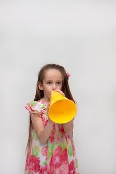 人物 こども 子供 女の子 少女  外国人 外人 キッズモデル あどけない かわいい   屋内 スタジオ撮影 白バック 白背景 長髪  ロングヘア ポートレイト ポートレート 表情 ポーズ ワンピース メガホン 応援 声援 正面 上半身 mdfk016