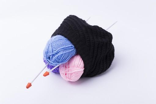 白バック 白背景 編み物 編物 毛糸 毛糸玉 糸 けいと 手芸 編み物用品 手編み ニット 編む 手作り 手仕事 ハンドメイド 趣味 ホビー 素材 資材 シンプル 雑貨 紺色 水色 青 青色 ピンク 桃色 紫 パープル バイオレット 藤色 編み針 編み棒 2本 二本 刺さる 刺さっている 黒 黒色 ブラック 巻きつける 巻きつく 縛る まとめる 山 重ねる 積む