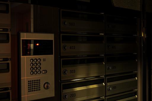 マンション セキュリティー ベル インターホン インターフォン 入り口 オートロック ポスト 郵便受け ボタン 機械 暗い 屋内 室内 プライバシー 郵便物 鍵 ダイヤル かぎ カギ モニター 声 応答 カメラ 監視