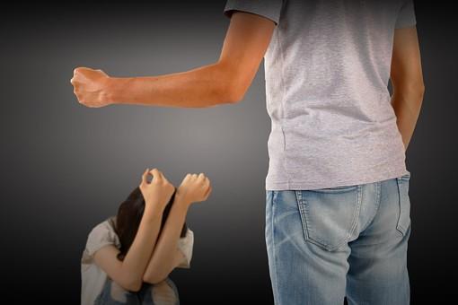 人物 男性 女性 暴力 バイオレンス DV ドメスティックバイオレンス カップル 夫婦 恋人 脅す 恐怖 怖い 殴る 犯罪 家庭内暴力 虐待 けんか ケンカ しゃがみ込む 加害者 被害者 屋内 黒バック 黒背景 モラルハラスメント モラハラ