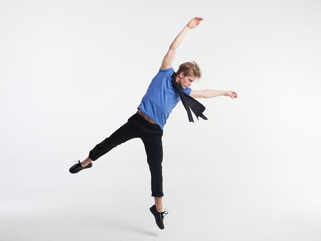 ダンス ダンサー ポーズ 体勢 姿勢 体位 ステップ 踊る 踊り 運動 スポーツ 振り付け 振付 振り 男性 男 外国人 金髪 若い 全身 マフラー ストール 横顔 飛ぶ ジャンプ 跳躍 手 腕 上げる 万歳 バンザイ 足 脚 開く 背景 白 ホワイト mdfm074