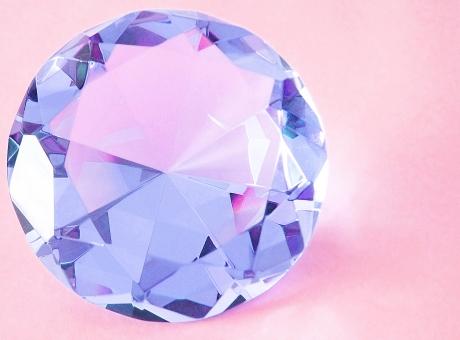 クリスタルガラス 装飾品 置物 おしゃれな置き物 インテリア雑貨 宝石 カットガラス 光り 反射 多面 輝き 光り輝く キラキラ ピカピカ 煌びやか 八角形 ブルー 青色 あお 透明 淡い色合い お金持ち 女性 ダイヤモンド 憧れ ジュエリー 結婚 高級感 セレブ プレゼント ブライダル 結納 パーティー 飾り 飾る ダイヤ 結婚指輪 指輪 プロポーズ 贈り物 婚約 婚約指輪